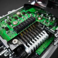 Krmilnik hibridnega pogona je osrednji element Toyotine hibridne tehnologije. Kljub izjemnemu pretoku energije deluje pod stalno delovno temperaturo 35 stopinj Celzija in med vožnjo 10.000-krat na sekundo preveri in pretvarja energetske tokove.