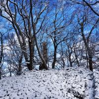 V času našega obiska s snegom prekrite ruševine gradu Ojstrica