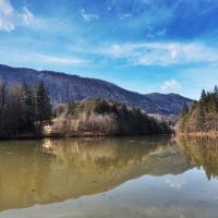 Braslovško jezero okoli katerega vodi sprehajalna pot.