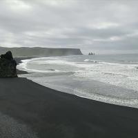 Reynisfjara ali črna plaža je ena najnevarnejših islandskih plaž. Zahrbtni valovi Atlantskega ocena se priplazijo povsem nepričakovano, krvni davek plačajo zlasti nepozorni turisti.
