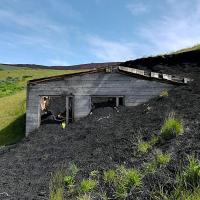 Vulkan Eldfell je na Vestmanskih otokih brez opozorila izbruhnil sredi noči 23. januarja 1973. V petih mesecih je več kot 30 milijonov ton lave uničilo 360 hiš in ustvarilo povsem novo goro. Prebivalci otočja so vseskozi v pričakovanju ponovitve katastrofe ...