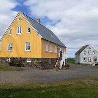 Mestece Glaumbær s čudovitimi primeri tradicionalnih islandskih kmetij, katerih posebnost so travnate strehe ter stene. Vreden ogleda je muzej z bogato dediščino islandskih kmetov.
