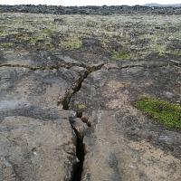 Islandija je nastala s podzemnimi vulkanskimi izbruhi na prelomnici med Severnoameriško in Evrazijsko ploščo. Prelomnica seka Islandijo in ker se plošči še danes odmikata ena od druge, je za to območje še vedno značilno veliko vulkanske in geotermalne aktivnosti.