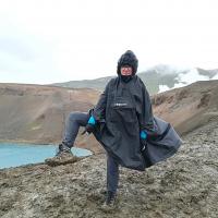 Da ni slabega vremena, je le slaba oprema, za Islandijo drži kot pribito - brez palerine in gojzerjev ne gre. Dežnik je na Islandiji znak, da ste turist, ki nima pojma o tem, kakšne so vremenske razmere na otoku. Močan veter namreč ne dopušča njegove uporabe.