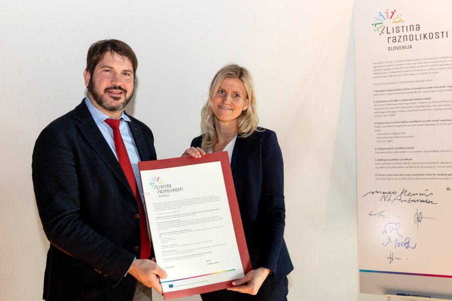 Listino raznolikosti Slovenije je v imenu AMZS podpisala direktorica družbe Lucija Sajevec. Foto: Peter Košenina