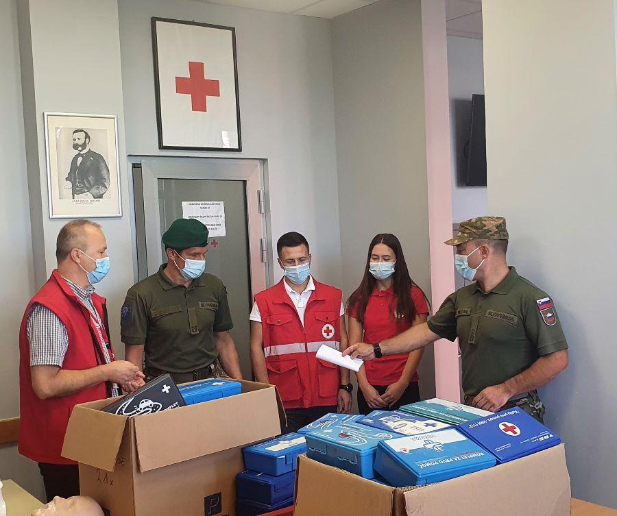 Prva predaja v AMZS centrih zbranih kompletov prve pomoči organizaciji Rdečega križa v občini Prijedor, ki ga bo ta uporabila za izvajanje tečajev prve pomoči.