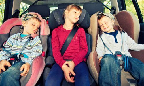 Petina otrok med vožnjo nepripetih