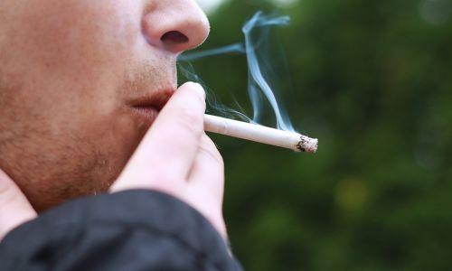 Pasivno kajenje v vozilu škoduje zlasti otrokom