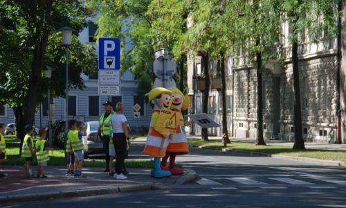 Za varne (šolske) poti: pogled na cesto, ne na mobilnik!