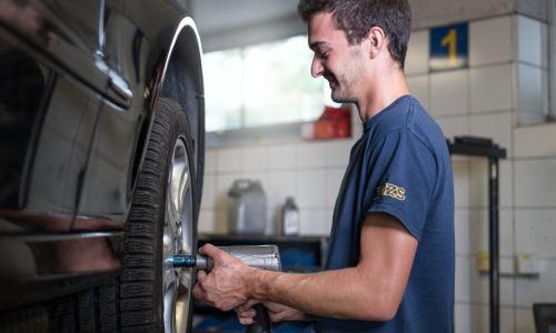 AMZS s ponedeljkom odpira servisne centre in začenja z menjavo pnevmatik