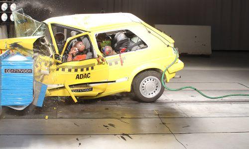 Vzporedni AMZS preskusni trk VW golfa 2. generacije in VW golfa 7. generacije