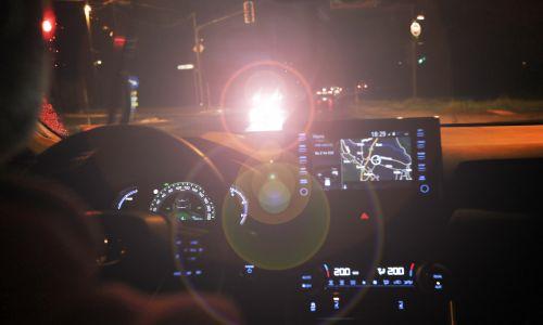 Ali sodobni LED žarometi res povzročajo moteče bleščanje?