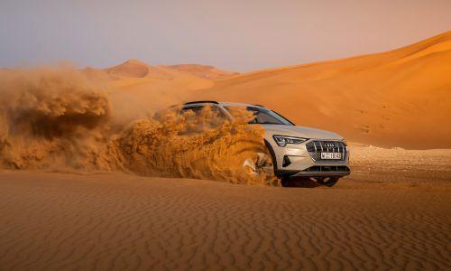 Z električnim avtom po puščavi in avenijah Abu Dhabija