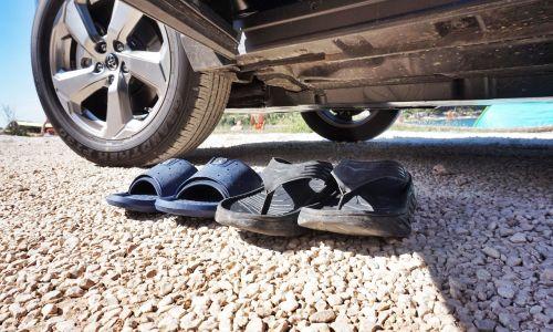 Nasvet: Lahko avto vozimo v natikačih ali bosonogi?