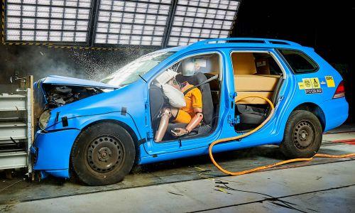 AMZS varnostni trk avtomobilov z nezavarovanim in zavarovanim tovorom