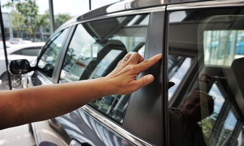 Pravni nasveti: Kako ravnati, če ugotovimo poškodbe pri novem avtomobilu?