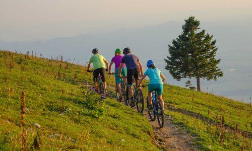 Na pedalih: Kako in kam na družinsko kolesarjenje?