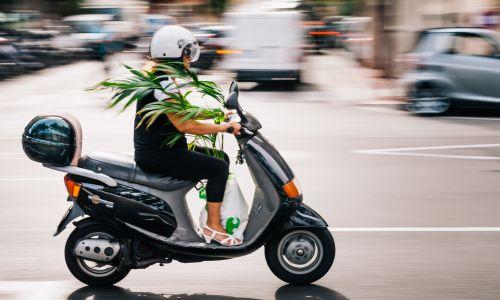 Z avtomobilskim vozniškim dovoljenjem za krmilo motornega kolesa