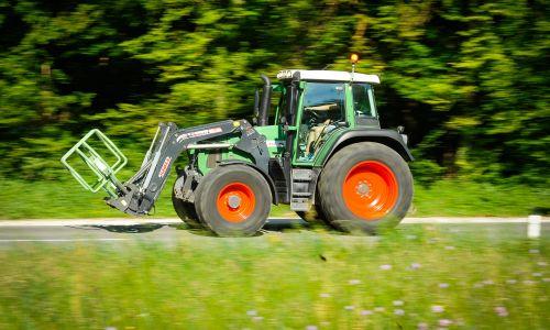 Za volanom traktorja: S polja, travnika in gozda na cesto …