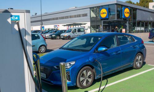 Električna mobilnost: Po energijo v trgovino?